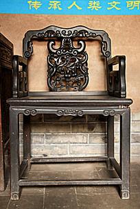 天水南宅子古民居里的中式雕刻花纹椅子