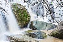 瀑布中长满苔藓的石头