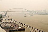 横跨大江的黄浦江大桥