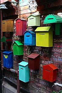 墙上的 彩色   邮箱