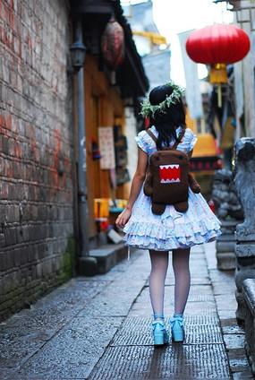 行走在凤凰古镇的洛丽塔风格少女