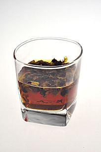 玻璃杯里的菊花茶