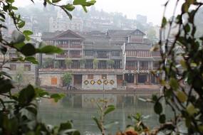凤凰古城沱江边的建筑楼房
