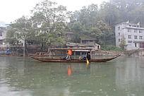 凤凰古城沱江上划着小船的游客