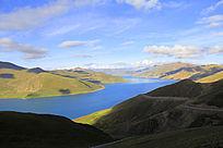 高原上的山峦白云圣水湖泊