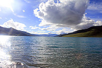 高原圣湖羊卓雍湖水蓝天白云