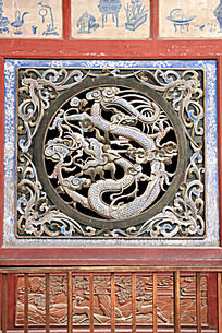 伏羲庙正殿木门上的龙纹雕刻图案