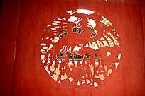 逆光拍摄木门上雕刻的凤凰图案
