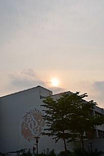 夕阳散落在屋顶上
