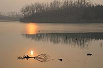 夕阳下的湖面美景