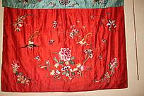 红绸缎上的花鸟题材刺绣图案