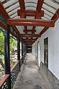 十笏园园林景观之走廊里的油漆柱子