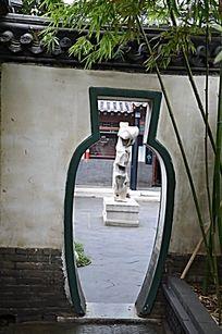 潍坊十笏园园林景观之瓶形的通道