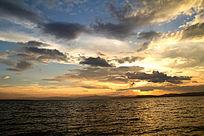 夕阳下的美丽湖面
