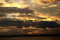 夕阳下滇池湖畔的美丽云层