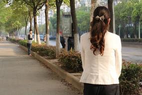 优雅中年白衣女人背影