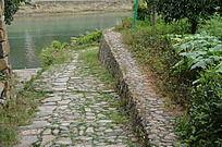 河边的石头小路