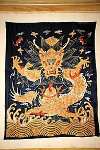 皇家官员官服上的龙纹图案绣品
