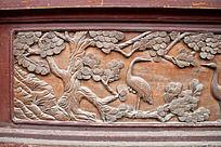 木门面上雕刻松鹤图案