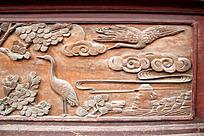 木门面上雕刻松鹤祥云图案