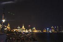 上海夜晚的黄浦江岸边