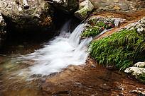 峡谷溪流的瀑布与苔藓
