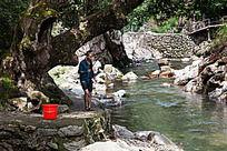 峡谷溪流中的垂钓人