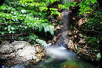 峡谷溪流中的珍珠瀑布