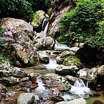 峡谷溪流中怪石嶙峋