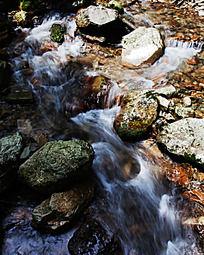 峡谷溪流中梦幻流泉