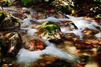 峡谷中的小溪流