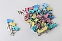 一堆彩色长尾票夹