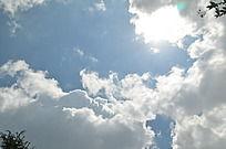 白云中透出的太阳光线