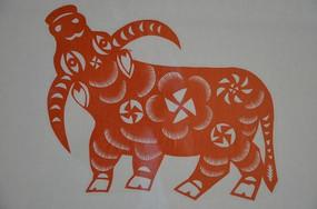 潍坊博物馆民俗馆里的牛形剪纸