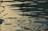 夕阳下色彩斑斓的湖面