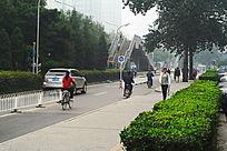 城市里的马路、绿化和过街天桥
