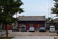 宛平城古老的庙门前停放着现代汽车