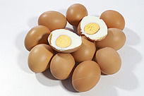 放在生一堆鸡蛋上切开两瓣的熟鸡蛋