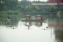 园林湖泊和小木船