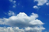 湛蓝的天空飘着的云朵