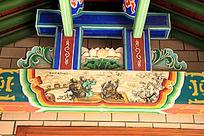 古建筑上彩绘桃园三结义场景和雕刻荷花图案图片