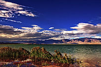 蓝天白云映衬下的小柴旦湖