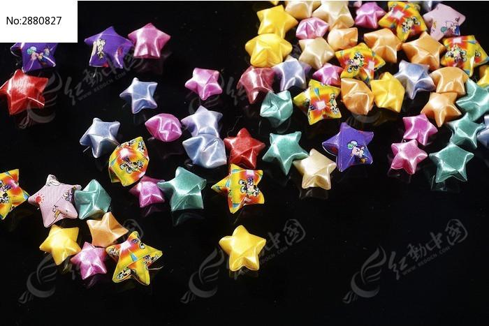 一堆五颜六色的幸运星