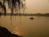 落日余晖中的昆明湖泛舟