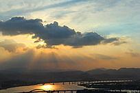 夕阳的余晖透过云朵照射下来