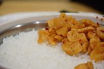 白米饭上的萝卜干