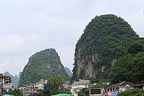 桂林阳朔县城内的山峰
