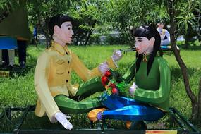 象山公园爱情岛坐着的情侣花灯