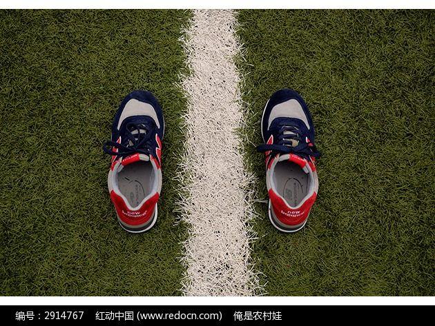 摆放在草地上的新百伦男鞋图片