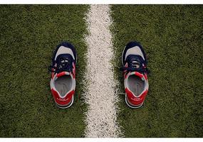 摆放在草地上的新百伦男鞋